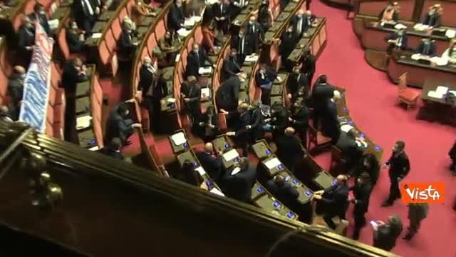 Mes, striscione della Lega in Aula al Senato durante. Casellati sospende la seduta