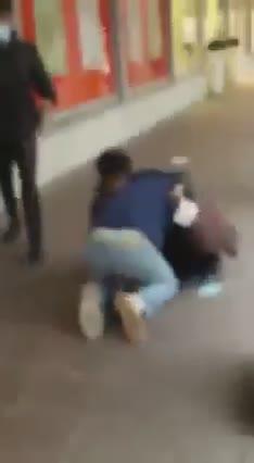 Le immagini dell'aggressione all'ingresso del supermercato di Salò