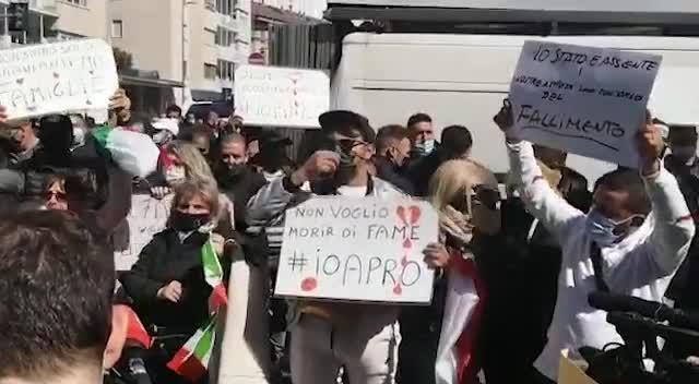 """Gli ambulanti protestano in piazza a Milano: """"Vogliamo lavorare"""""""