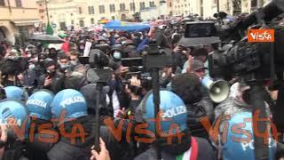 """""""Libertà, libertà"""", il grido dei manifestanti di """"Io Apro"""" in piazza a Roma"""