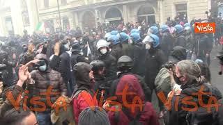 """Bombe carta contro il cordone della polizia, tafferugli a Roma per la manifestazione """"Io Apro"""""""