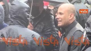 """La pioggia non ferma i manifestanti """"Io Apro"""". Le tensioni con la polizia a un passo da Montecitorio"""