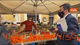 """Salvini al mercato: """"Guarda che ho nel portafogli"""" e mostra le Mille Lire. Un commerciante: """"Magari"""""""