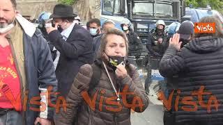 """""""Non siamo cattivi, siamo disperati"""". La rabbia di una manifestante alla protesta del Circo Massimo"""