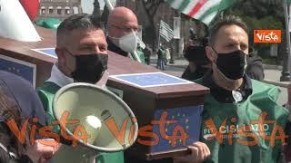 """Il """"funerale"""" di Alitalia alla protesta dei lavoratori del trasporto aereo di fronte al Campidoglio"""
