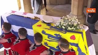 Bandiera fiori bianchi e simboli della marina, il feretro del principe Filippo