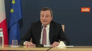 """Il siparietto di Draghi e il pavone: """"Ci accompagna da stamattina, vediamo se ha qualcosa da dire"""""""