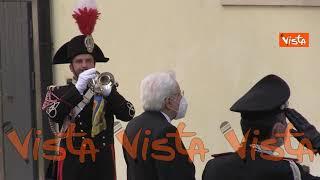 Il Presidente della Repubblica depone una corona sotto la lapide dell'on. Aldo Moro