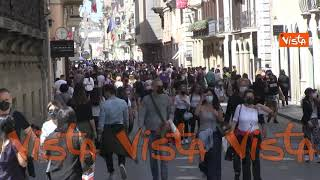 Weekend di sole, Via del Corso a Roma si riempie di persone