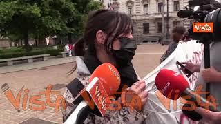 """Protesta dei lavoratori dello spettacolo davanti alla Scala riaperta: """"La ripartenza sia per tutti"""""""