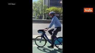 Il sindaco di New York dalla sua residenza al Municipio in bici. Non accadeva dal 1970