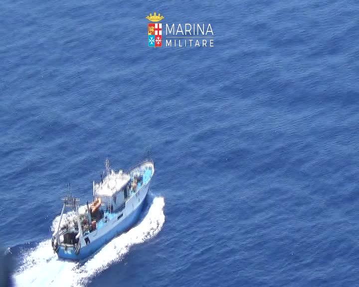 L'elicottero della Marina sorvola l'area dello scontro tra pescherecci