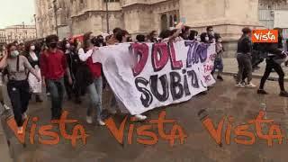 Studenti pro-Ddl Zan cercano di raggiungere presidio contro la legge in piazza Duomo. Le immagini