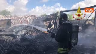 A fuoco un capannone a Napoli nei pressi del porto
