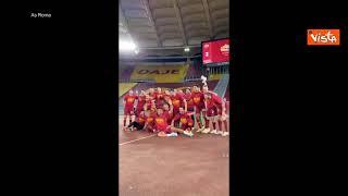 """I giocatori della Roma festeggiano la vittoria del Derby: """"I tifosi in campo con noi"""""""