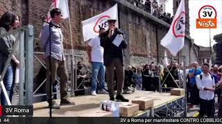 Enrico Montesano alla manifestazione del Movimento 3V contro obbligo vaccinale e green pass