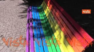 Panchine arcobaleno nel Municipio 6 di Milano contro l'omolesbobitransfobia. Le immagini