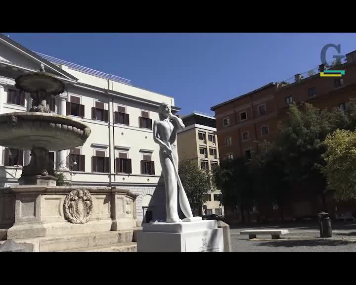 """La statua che fa discutere: """"La donna con l'aspirapolvere? Dipende..."""""""