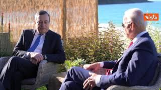 L'incontro tra Draghi e Biden al G7 sulla spiaggia a Corbis Bay
