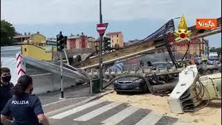 Trivella di un cantiere crolla e sfonda un palazzo a Milano, auto distrutte e tragedia sfiorata