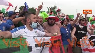 I tifosi azzurri ci credono, la gioia incontenibile fuori dallo Stadio Olimpico dopo Italia-Galles