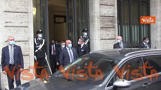 Mario Draghi lascia il Senato, insieme a Matteo Salvini, tra gli applausi della gente
