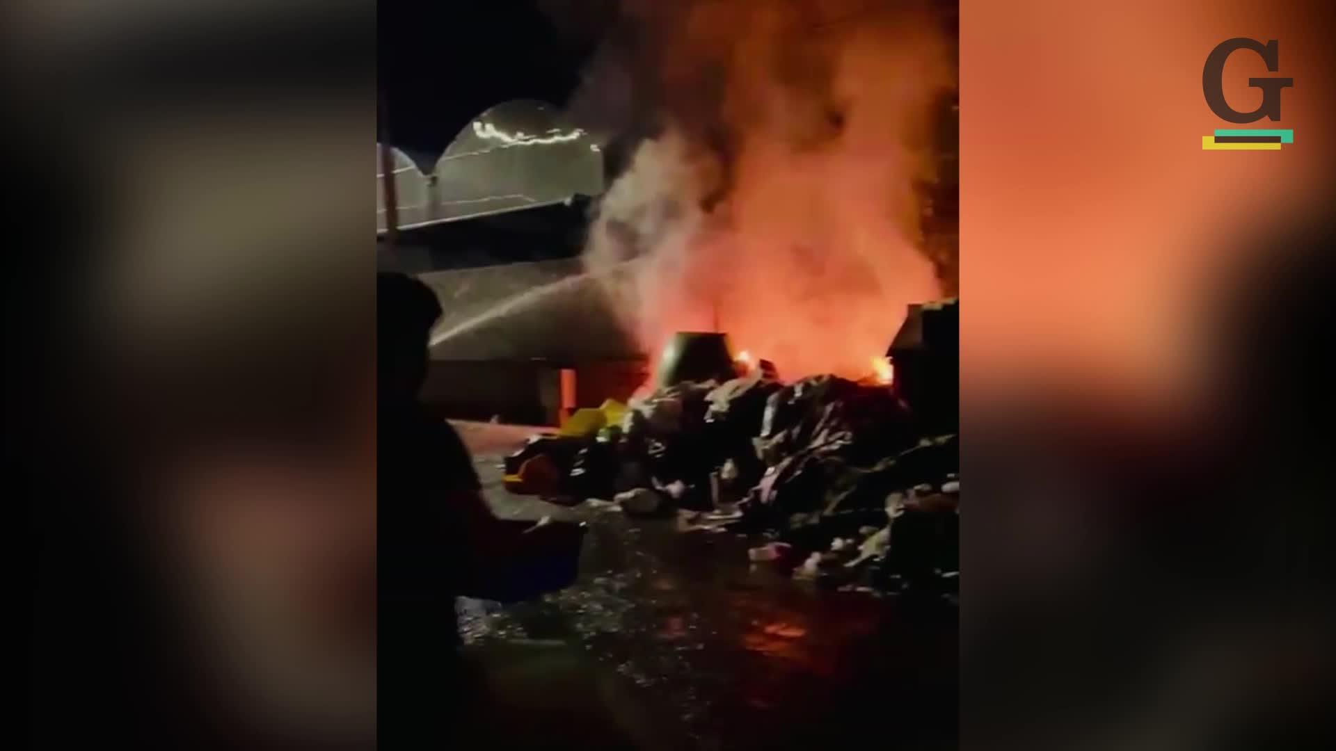 Emergenza rifiuti, in fiamme 40 cassonetti a Roma