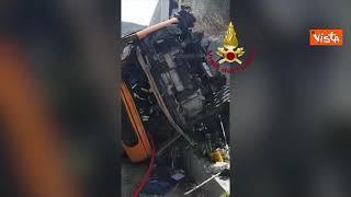 Bus precipitato a Capri, forse morto di infarto l'autista. Le immagini dei Vigili dl Fuoco