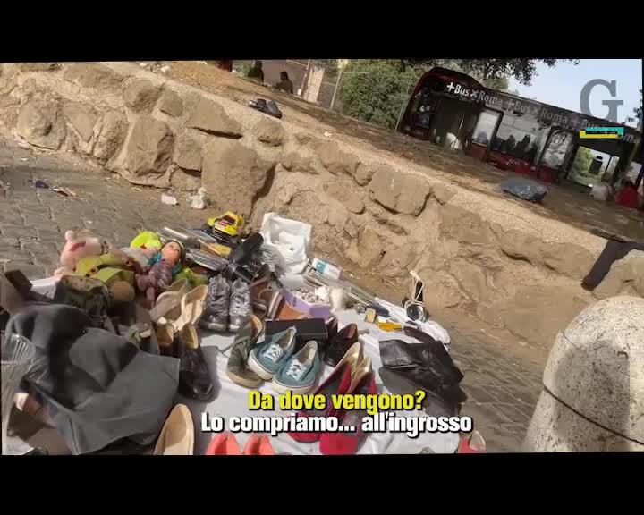 """Il suk dei nordafricani davanti alla metro. I residenti: """"Meglio girare alla larga"""""""
