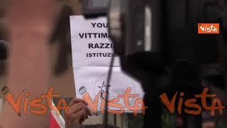 """""""Un pugno di un malato contro lo sparo di un assessorato"""", gli striscioni alla protesta di Voghera"""
