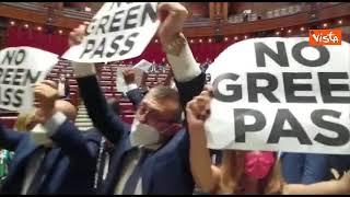 No Green pass, bagarre in Aula Camera, deputati di FdI con cartelli contro certificato