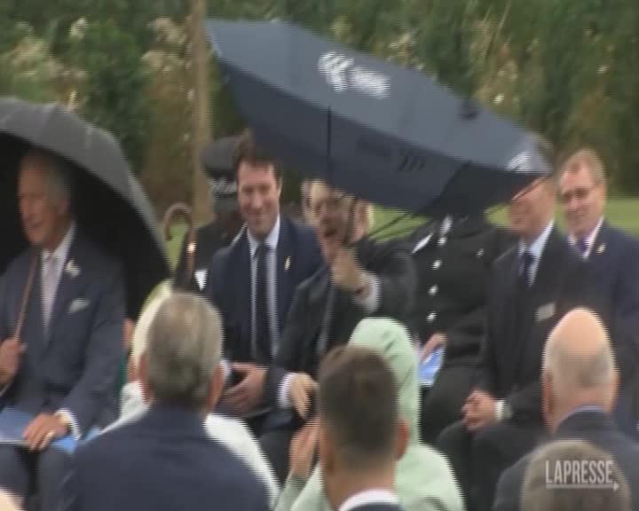 """Boris Johnson """"litiga"""" con l'ombrello davanti al principe Carlo"""