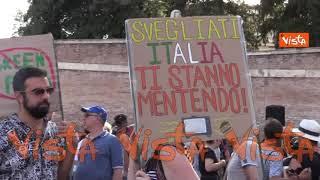 """""""No al Nazi-pass"""": tutti i cartelli della protesta contro il green pass di Piazza del Popolo a Roma"""