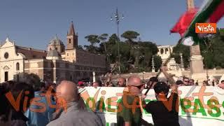 Protesta no green pass, tensioni all'arrivo di Forza Nuova. La Polizia forma un cordone