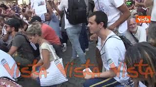 No Green pass a Piazza del Popolo, i manifestanti si inginocchiano per il dottor De Donno