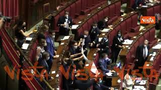 """""""Vergogna! Vergogna!"""". Cori e cartelli contro riforma della giustizia dei deputati L'Alternativa c'è"""