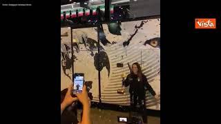 Vanessa Ferrari torna a casa, i festeggiamenti davanti a un pullman con la stampa di una leonessa