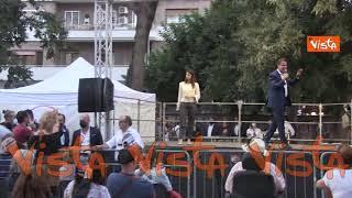 Battibecco tra Conte e un contestatore durante il comizio del M5S a Villa Lazzaroni a Roma