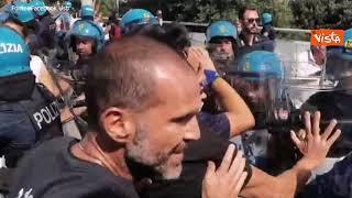 Tensione tra i lavoratori Alitalia e la Polizia durante la manifestazione a Fiumicino