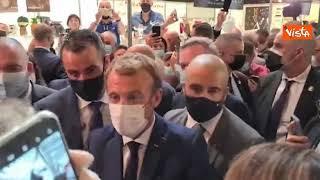 Macron colpito da un uovo a Lione, le immagini