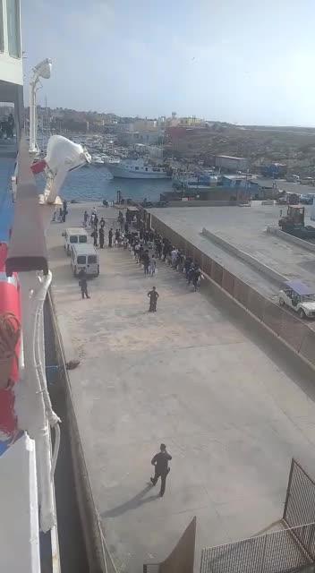 Alcuni migranti lasciano Lampedusa ma la situazione resta critica