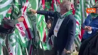 Il segretario della Cisl Sbarra accolto dai lavoratori in piazza San Giovanni a Roma