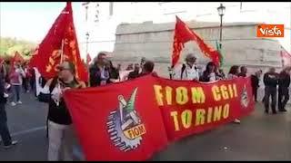 """I lavoratori Fiom di Torino cantano """"Bella Ciao"""" nel corteo Mai più fascismi a Roma"""