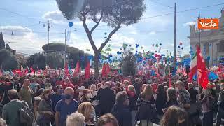 Mai più fascismi, bandiere e palloncini colorano Piazza San Giovanni
