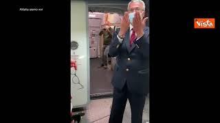 L'abbraccio tra l'equipaggio e il personale di terra per l'ultimo volo Alitalia