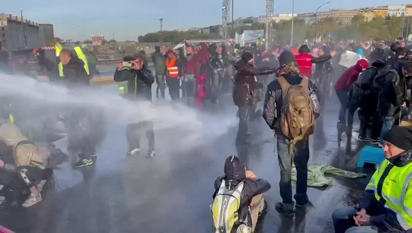 La polizia sgombera il porto di Trieste
