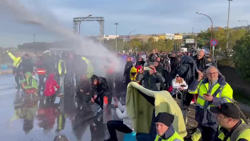 Gli idranti della polizia sui manifestanti