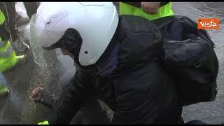 Sgombero portuali Trieste, un lavoratore svenuto portato in braccio da compagni