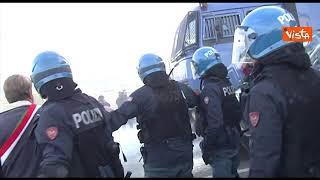 No Green pass a Trieste, la polizia usa gli idranti per sgomberare i portuali in presidio