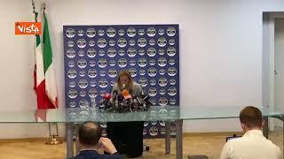 """Meloni saluta prima della conferenza stampa dopo il risultato elezioni: """"Buonasera per modo di dire"""""""